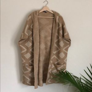 Really cozy knit cape with tonal design